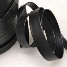 Šikmý proužek kožený 15 mm barva černá 332